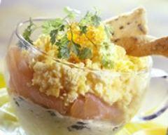Verrines de saumon aux oeufs brouillés (facile, rapide) - Une recette CuisineAZ