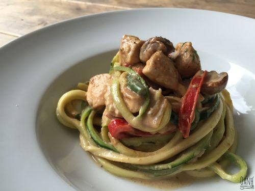 Indonesische noodle twist - courgetti en kip - Het smaakt heerlijk en het ruikt verrukkelijk door de heerlijke kruiden en het vleugje pindakaas Daarnaast ook een beetje romig en zacht door de mascarpone..