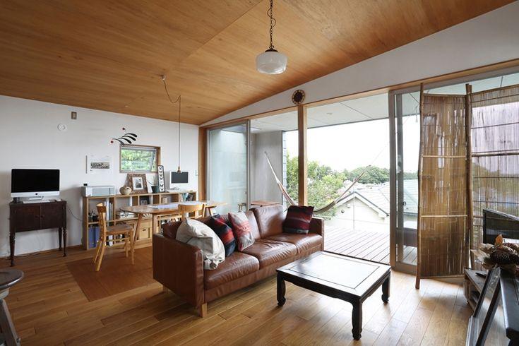 天井はラワン合板貼り。大判で貼った合板の雰囲気がそうさせるのか、大らかな印象の空間。