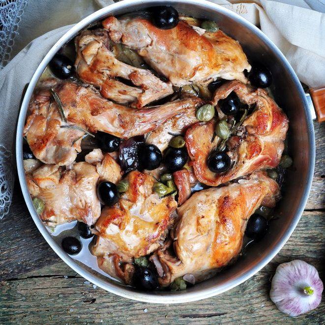 Coniglio alla ligure con olive taggiasche e pinoli | Cotto ...