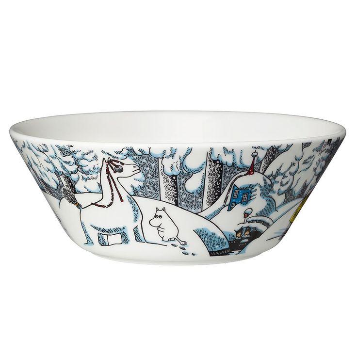 Moomin winter season bowl 2016 features Moomintroll, Hemulen, Sorry-oo and the Snowhorse fromthe book Moominland Midwinter. The design is based on Tove Jansson's original artwork which Tove Slotte has interpreted in this lovely bowl. Bowlis manufactured by Arabia. Only made as a limited set.Muumi talvi kausikulho 2016 - Lumihevonen. Kulhoa koristaa Muumipeikko, Hemuli, Surku-koira sekä lumihevonen. Tuotesarjan kuvitukset perustuvat Tove Janssonin vuonna 1957 ilmestyneen Taikatalvi -kirjan…