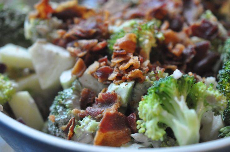 Livet er ikke lutter lagkager, der er også lækre salater indimellem. ;-)Her kommer der et tip til dig om en salat vi kan spise ustoppeligt meget af her i familien - en lækker broccolisalat med bacon, æbler og solsikkekerner. Den klassiske broccolisalat med