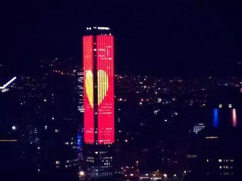 La torre Colpatría en Bogotá se viste de el chapulin colorado debido a la muerte de chespirito. es un recuerdo memorable!