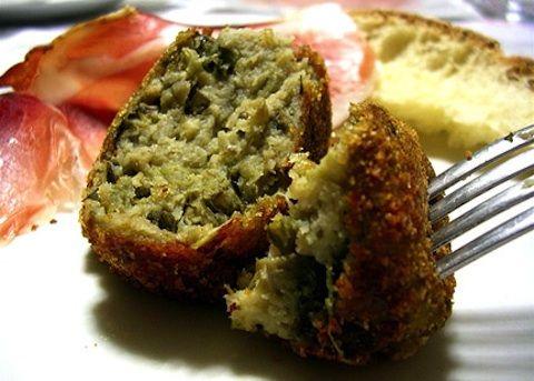 Le polpette alla siciliana si preparano cuocendo la melanzana al forno per poi schiacchiarla in una insalatiera ed aggiungendovi il resto degli ingre...