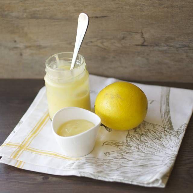 La manera ideal de preservar el sabor de los limones todo el año. Una de mis amigas chilenas tiene un árbol de limones y me regalo una bolsa llena, unos 5kg por lo menos de limones. Esta es una receta grande salen 7 frascos de 400ml. Crema de limón Ingredientes: 4 tazas de jugo de...