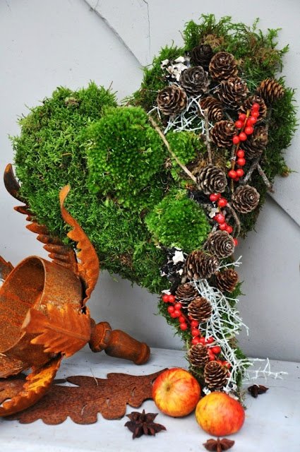 LILJOR OCH TULPANER solid moss heart with pine cones and berries