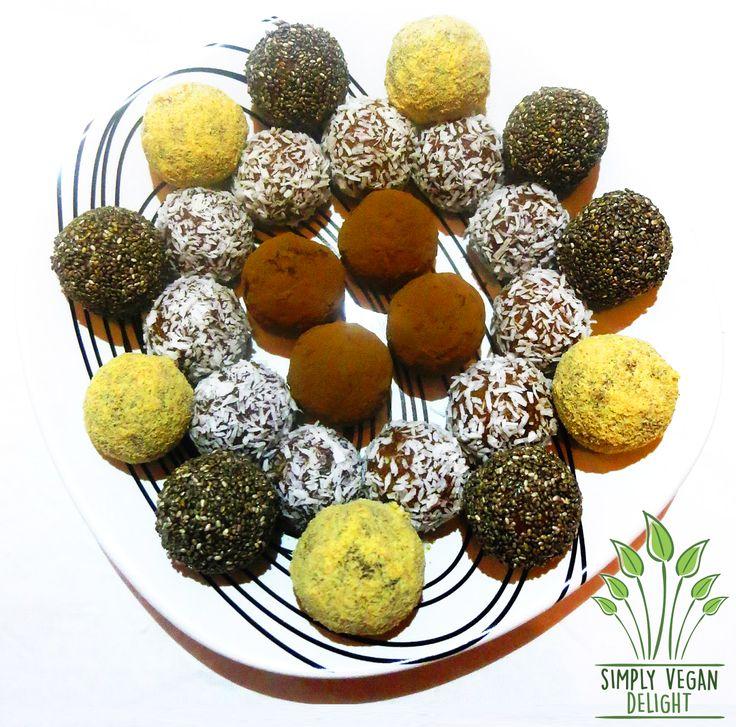 Pentru a realiza bomboanele aveți nevoie ca bază doar de două ingrediente: curmale și fulgi de nucă de cocoș. Ca textură să iasă fină este foarte important să folosiți curmale cât mai moi, nu foart…