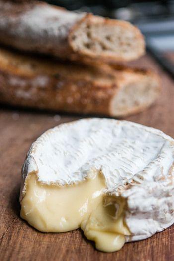 フランスの北部、ノルマンディー地方のカマンベール村で18世紀に生まれたカマンベールチーズ。とろりとやわらかく、まろやかな風味で、世界有数のチーズ生産国であるフランスで最も人気のあるチーズの1つです。