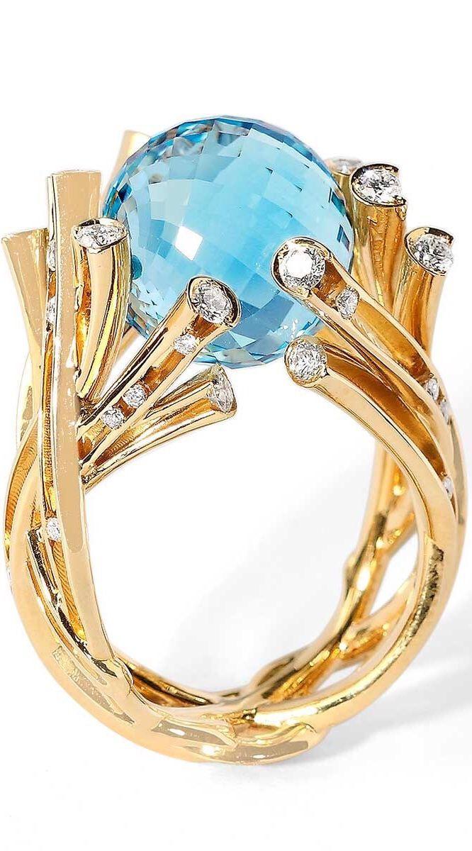 anillo de oro con una gran piedra redonda azul marino. #joyas