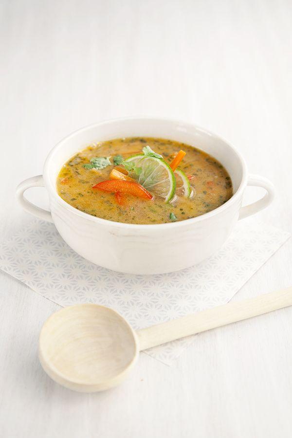 -un gros oignon -un poivron rouge -une grosse carotte -2 cs d'huile d'olive -1cs d'huile de sésame  -2cs de beurre de cacahuète -1cs de bouillon en poudre -2cc de tamari -1/2 cc de pâte de curry rouge -1/2 cc de gingembre frais râpé -1 citron vert -feuilles de coriandre fraiche -eau