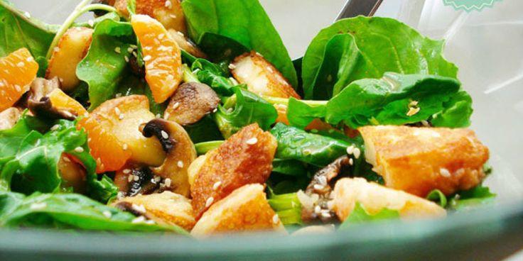 Μια υπέροχη ζεστή σαλάτα με ένα από τα νοστιμότερα τυριά για σαγανάκι, την Π.Ο.Π. φορμαέλα Αράχωβας.