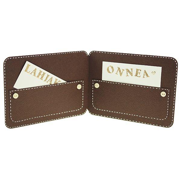 Lompakkokortti syntyy ruskeasta kartongista, koristele napein ja piirtämällä tikit valkoisella geelikynällä. Taskuun sopii vaikka lahjakortti isälle mieluisaan kauppaan.