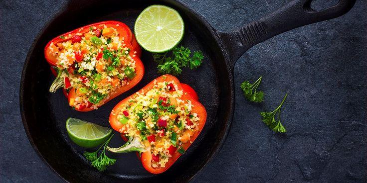 Bakte paprika med couscous og grønnsaker.