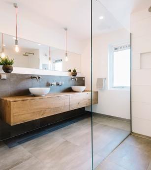 Badezimmer mit begehbarer Dusche und Einbauschrank – Heimtextilien