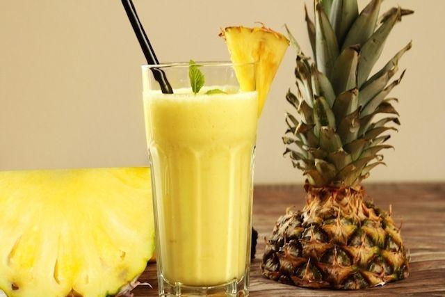 O suco de abacaxi é uma bom remédio natural para baixar o colesterol, porque ajuda a normalizar esta dislipidemia no sangue porque é rico emfibras...