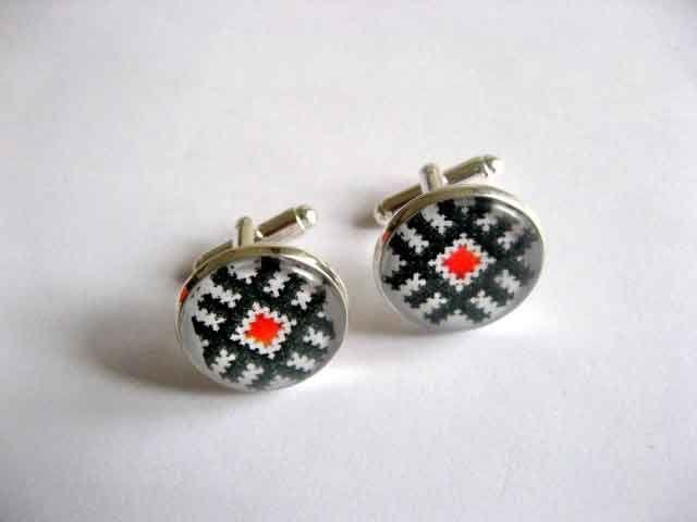 #Butoni cu #rosu si #negru, butoni #camasa cu #motive #traditionale #romanesti / #bijuterii butoni #barbati http://handmade.luxdesign28.ro/produs/butoni-cu-rosu-si-negru-butoni-camasa-cu-motive-traditionale-29521/
