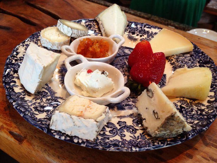 Para os apaixonados por queijo - passeio imperdível na Capril do Bosque - todos queijos de produção artesanal feitos com leite de cabra.   Na visita é possível degustar os queijos, visitar a produção e criação das cabras e almoçar no restaurante.