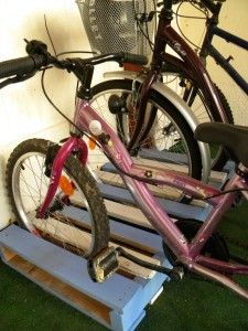 garage vélo palette : idée tout simple et brillante ! - bike holder from a palet…