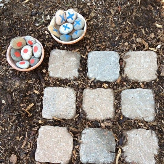 Outdoor tic tac toe - cute for a childrens garden | greengardenblog.comgreengardenblog.com
