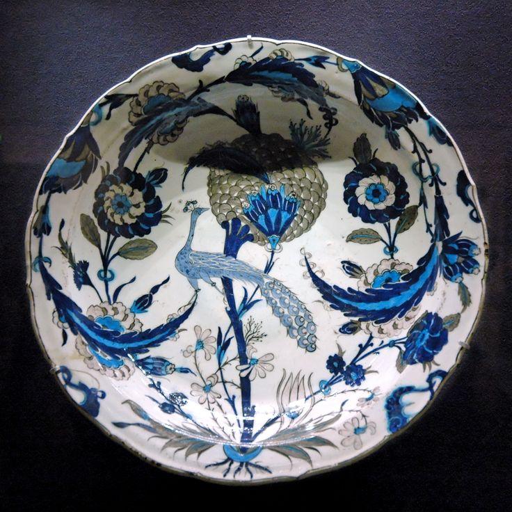 Plat au paon, Iznik, 1540 - 1555, céramique siliceuse engobée, décor peint sous glaçure transparente, musée du Louvre Même si la porcelaine chinoise est la forme de vaisselle la plus appréciée, la céramique est l'un des arts majeurs chez les Ottomans, comme souvent dans le monde islamique. Les pièces conservées sont extrêmement nombreuses, ce qui n'empêche pas cette production de rester mystérieuse sur bien des points.