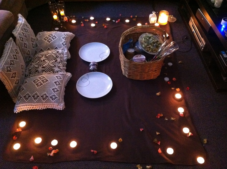 Our indoor picnic tonight great idea to do something - Como preparar una cena romantica ...