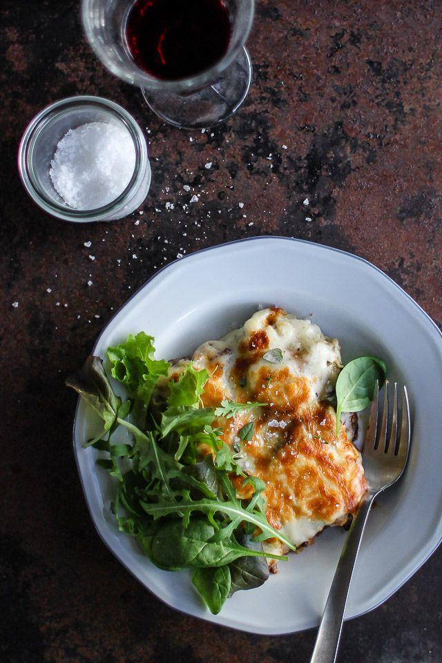 En klassisk og nem græsk Moussaka opskrift lavet med krydret kød, aubergine, kartofler og lækker cremet bechamelsauce. Find opskrift og fremgangsmåde her >>