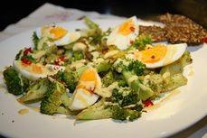Salat z brokolice varenych vajec a ancovicek /Broccoli salad, boiled eggs and anchovies/ Zdravé, nízkosacharidové, bezlepkové recepty. (Healthy, low carb, gluten free recipes.)