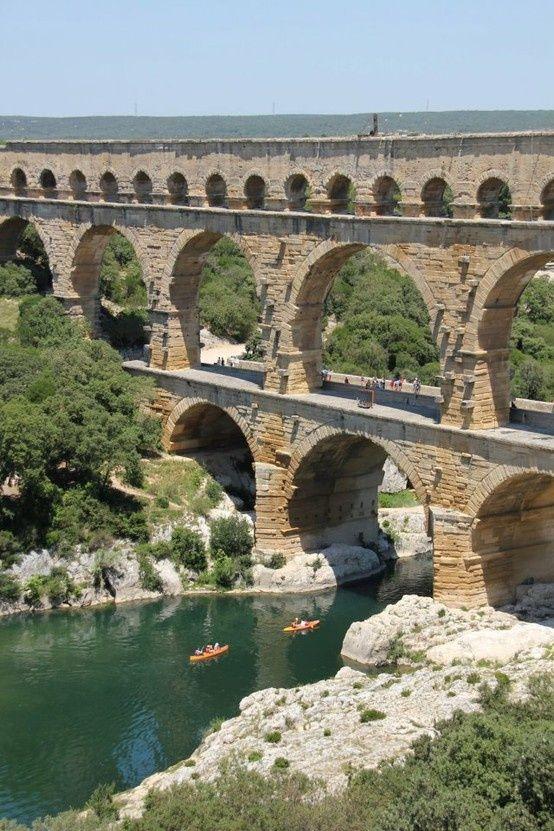 Le Pont du Gard est un aqueduc sur la rivière Gardon. Il est fait de calcaire et est un site du patrimoine mondial de l'UNESCO.