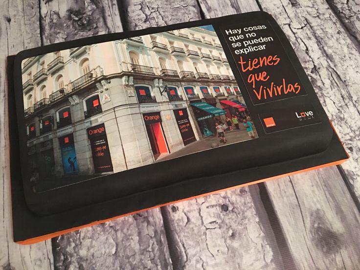 La agencia de comunicación Comunica+A nos ha encargado esta tarta personalizada con papel de azucar comestible con la imagen de la nueva tienda de Orange en la puerta del sol en Madrid.
