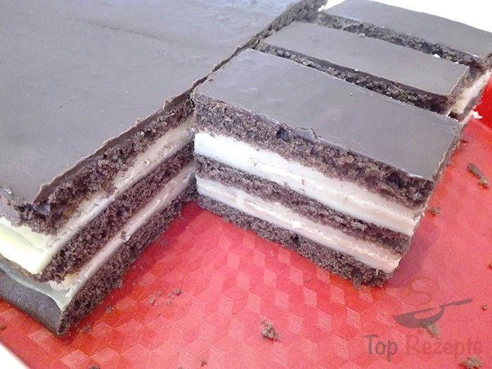 Ein einfaches Vanille-Dessert, perfekt nach einem guten Mittagessen. Es ist schnell und gar nicht aufwändig. Probiert mal dieses Schicht-Dessert. Einen dunklen Kakaopulver-Teig backen und Butter- oder auch andere Kekse auf die Vanille-Creme legen und der Kuchen ist fertig. Der Besuch darf reinkommen. Eins von den beliebtesten Desserts bei uns, also teile ich das Rezept mit euch mit. Lasst es euch schmecken.