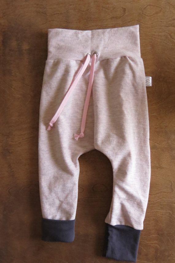 Ce pantalon évolutif grandira avec votre enfant. La bande de taille et les bandes de chevilles se replient au besoin pour évoluer en même