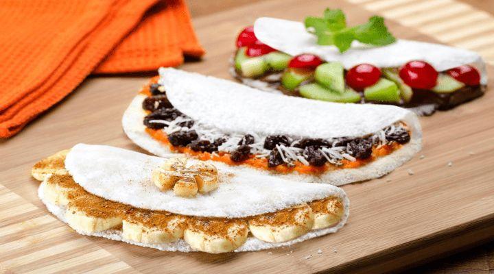 Receitas De Tapioca Saudáveis. A tapioca vem substituindo o pão do café da manhã e até mesmo vista como uma opção de lanches. Já que não contem glúten e possui poucas calorias. 2 colheres de farinha de tapioca têm 65 calorias por isso pode contribuir para o equilíbrio de várias dietas de emagrecimento. As escolhas de recheios podem varia de salgada a doce. Os ingredientes podem ser alterados de acordo com a preferência e o paladar de cada um, mas sempre opte.