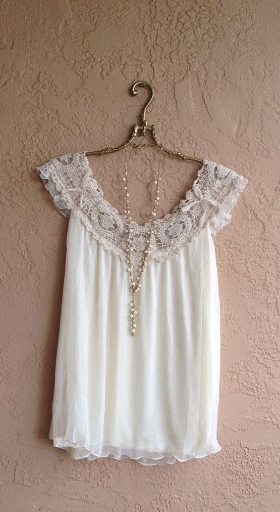 Remera blanca, romántica.