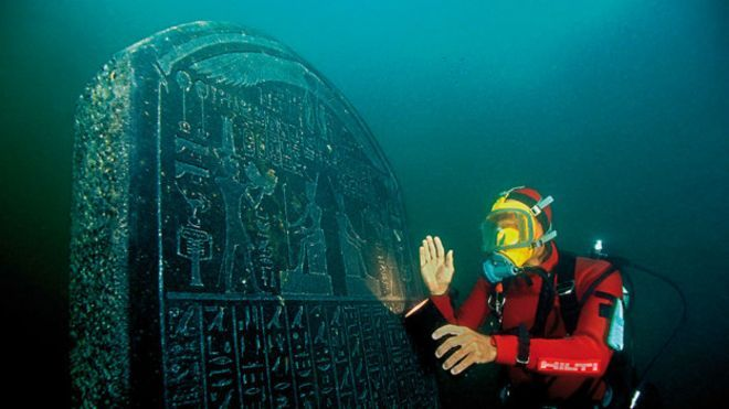 También se encontraron estelas, monumentos en forma de lápida con inscripciones, normalmente de carácter funerario. La de esta imagen fue comisionada por Nectanebo I, el primer faraón de la dinastía XXX, que reinó de 378 a 362 a. C. Estela comisionada por el faraón Nectanebo I