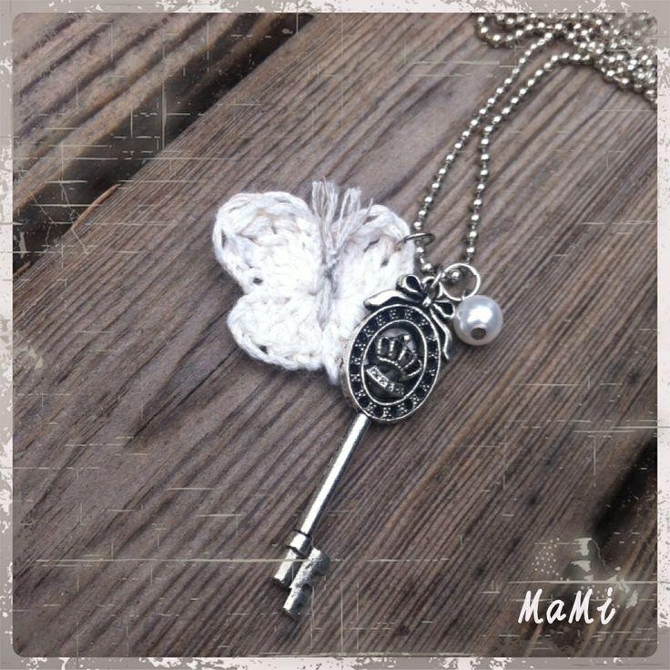 Långt halsband med nyckel, pärla och virkad fjäril