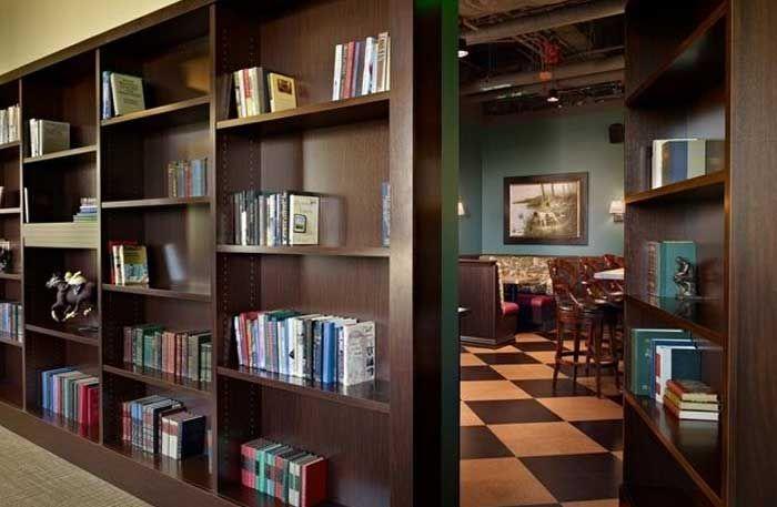 Vem har inte drömt om att ha ett hemligt rum gömt bakom en bokhylla, inuti en garderob eller bakom en flyttbar vägg? Här är 18 coola hem som har just det.