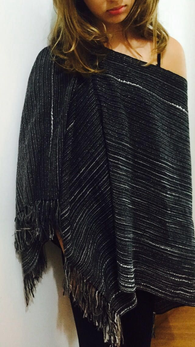 poncho com lã, algodão e seda em um tecido feito em tear manual