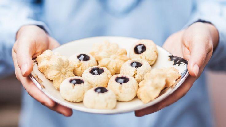 Kokosové těsto je parádně variabilní – můžete ho protlačit strojkem, naplnit jím formičky, rozválet ho a vykrajovat sušenky nebo jen ukoulet kuličky, které po upečení naplníte marmeládou. A jak voní po kokosu a citronu!