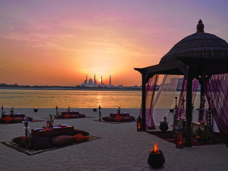 Im Morgenland: Am Strand des Shangri-La Hotel Qaryat Al Beri