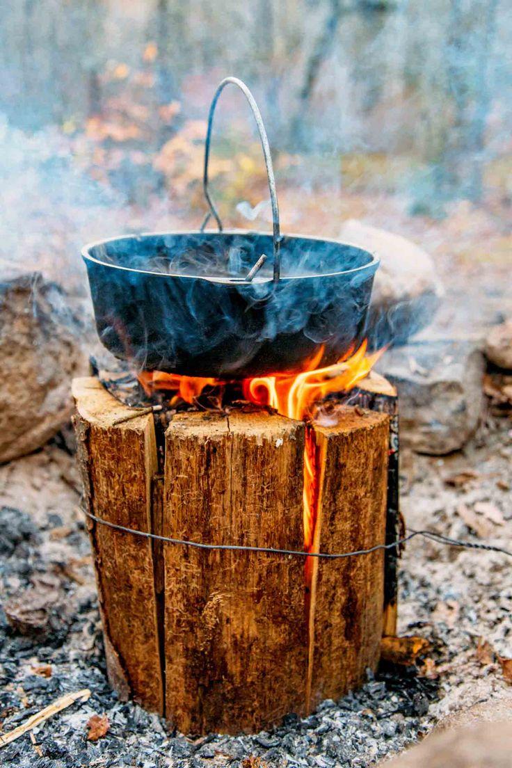 Faire un poêle d'un journal unique!  Apprenez à faire une flamme suédoise avec ou sans une scie à chaîne.  Parfait pour les feux de joie de camping ou arrière-cour!