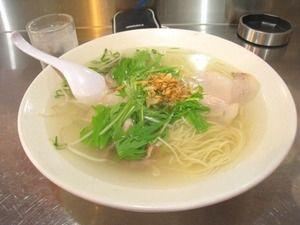 透明のスープの奥にある、繊細なコクとうま味。シンプルなのに、奥深い、くせになる味
