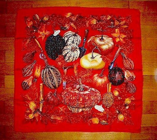 """Hermès  """" Citrouilles et Coloquintes """" Créé par Valérie Dawlat - Dumoulin en 1998.   La citrouille a été rendue célèbre par le conte """" Cendrillon """", dont la version de Charles Perrault fut largement reprise par Walt Disney. Perrault ne décrit pas précisément la citrouille que la fée demande à Cendrillon de rapporter du jardin, il dit seulement qu'elle « est la plus belle du potager ». Elle apparaît également dans une fable de Jean de La Fontaine, « Le Gland et la Citrouille » dont la morale…"""