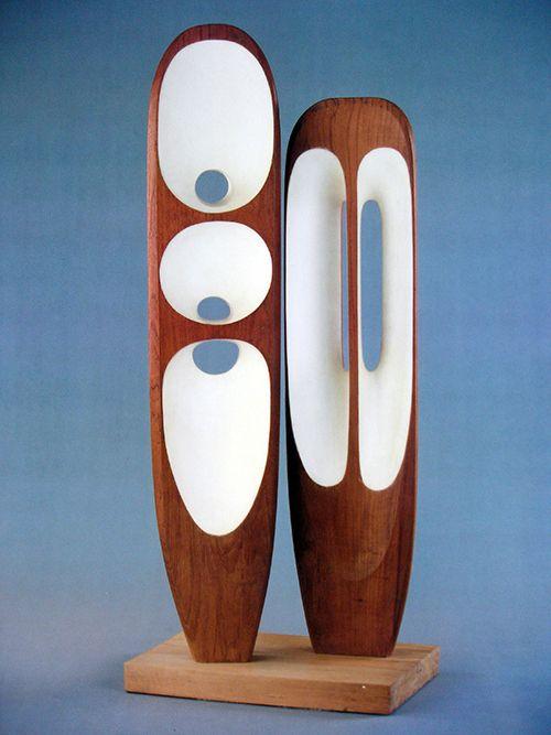 Gemaakt door: Barbara Hepworth. Dit sculptuur sprak mij aan door het hout. Omdat het hout donker is en er wit in zit geeft het een contrast, wat ik mooi vind. de vormen van rondom zijn redelijk het zelfde alleen binnen in zijn verschillende vormen gemaakt met wit, en dat maakt dit kunstwerk uniek. Het kunstwerk is organisch.