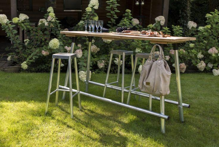 Met de NJOJ bartafel is het altijd gezellig. Door de slimme voetsteunen sta je er net zo relaxed aan als de bar van je favoriete kroeg. En met de bijpassende aluminium barkrukken is het ook een heerlijke tafel voor bijvoorbeeld een ontbijtje.