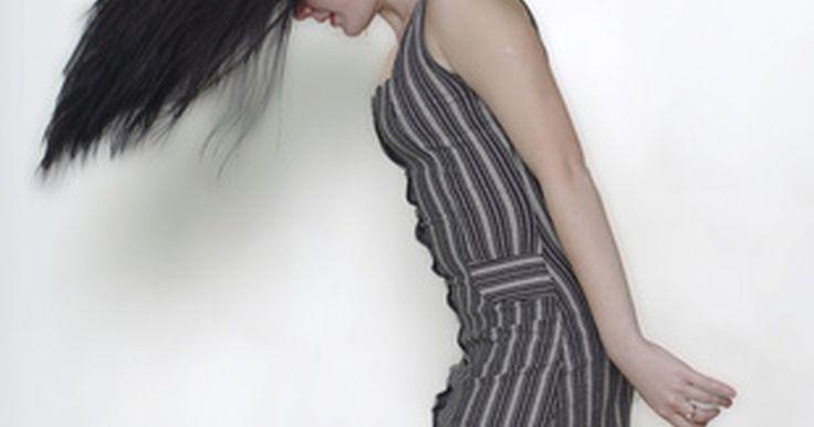 ¿Por qué la biotina es buena para el cabello?. La biotina es una vitamina común de la naturaleza que se encuentra en muy pequeñas cantidades. Se ha descubierto que es considerablemente buena para el crecimiento y la salud general del cabello. La biotina se suele recomendar a personas que padecen caída del cabello o lo tienen muy quebradizo. La biotina puede hacer muchas cosas por el cabello y ...