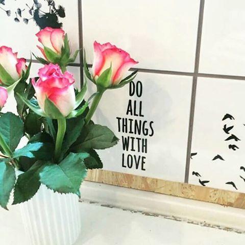 Deilige ord å hvile blikket på hver dag. Et blikk hver dag og du blir kanskje hekta  Ordene er å finne på stickers fra Tile junkie.  Dinevakreting.no  #tilejunkiedk #interior #interiørtips #interiør #Fliser #tiles #sitater #ordtak #kjærlighet #love #diys