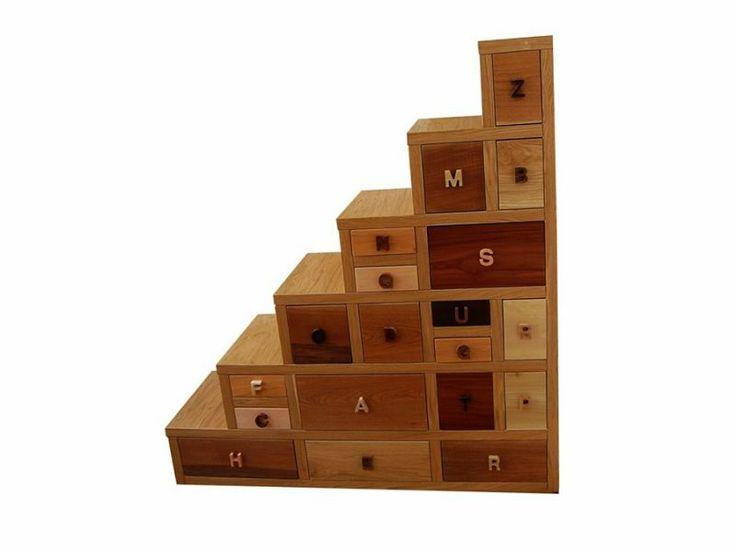 Mobile a scala - Gioia  Mobile a scala con cassetti di varie dimensioni e diversi tipi di legno, pomello di presa dei cassetti a lettere differenti.  #artigianato #mobili #arredamento #madeinitaly