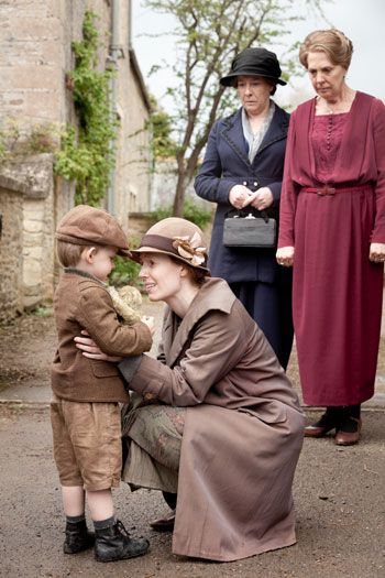 DAS3E3: Ethel says goodbye to her son Charlie as Mrs. Hughes and Isobel look on
