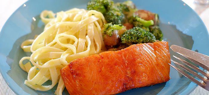Deze lekkere pasta met broccoli en champignons in roomsaus en zalm uit de oven staat snel op tafel. Het makkelijke recept vind je hier.