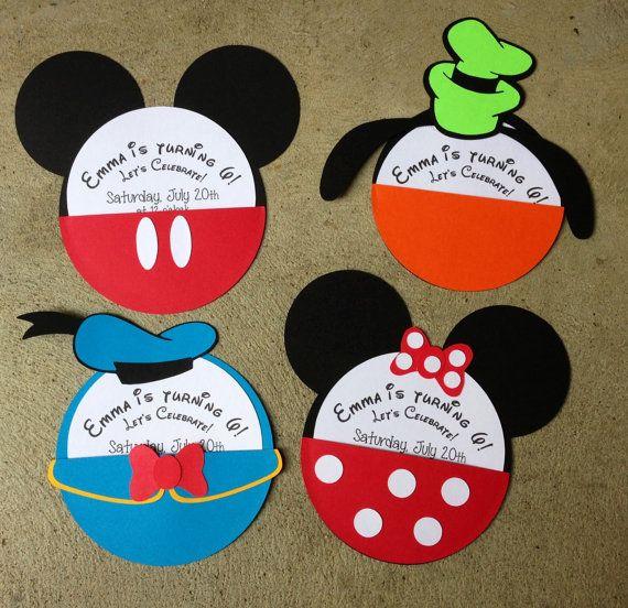Este listado se hacen por encargo de 10 invitaciones de carácter en su elección de caracteres. Elegir entre Mickey Mouse, Minnie Mouse, Pluto, Donald Duck o una combinación de cualquier lista. Cada invitación es hecha a mano usando cartón de calidad e incluye un coordinador, 6 cuadrados sobre blanco. Franqueo adicional es necesario (no incluido). Debido a la naturaleza artesanal de estos elementos, cada uno puede tener ligeras diferencias.  INVITACIONES COMPLETAMENTE MONTADOS: *** Para esta…
